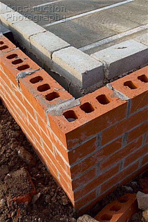 A079-00136: Detail of cavity wall with bricks and breeze